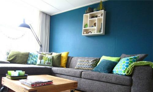 Een blauwe muur gecombineerd met grijs, groen en wit